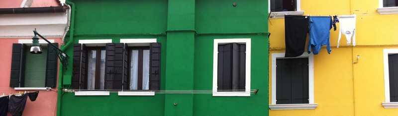 Supervision - Häuser in einer Straße